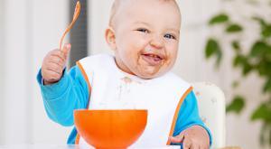 Jongetje zelf eten en smeren